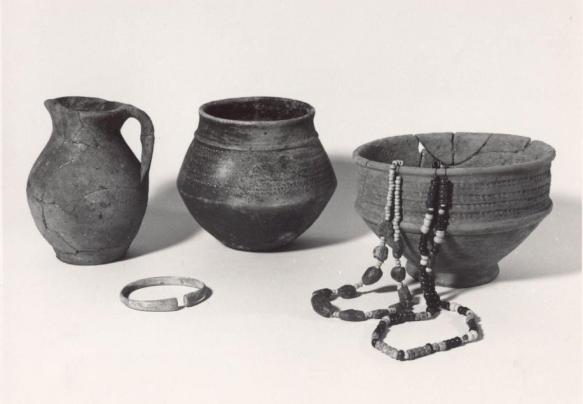 Poteries-bijoux-merovingiens-Bodegnee