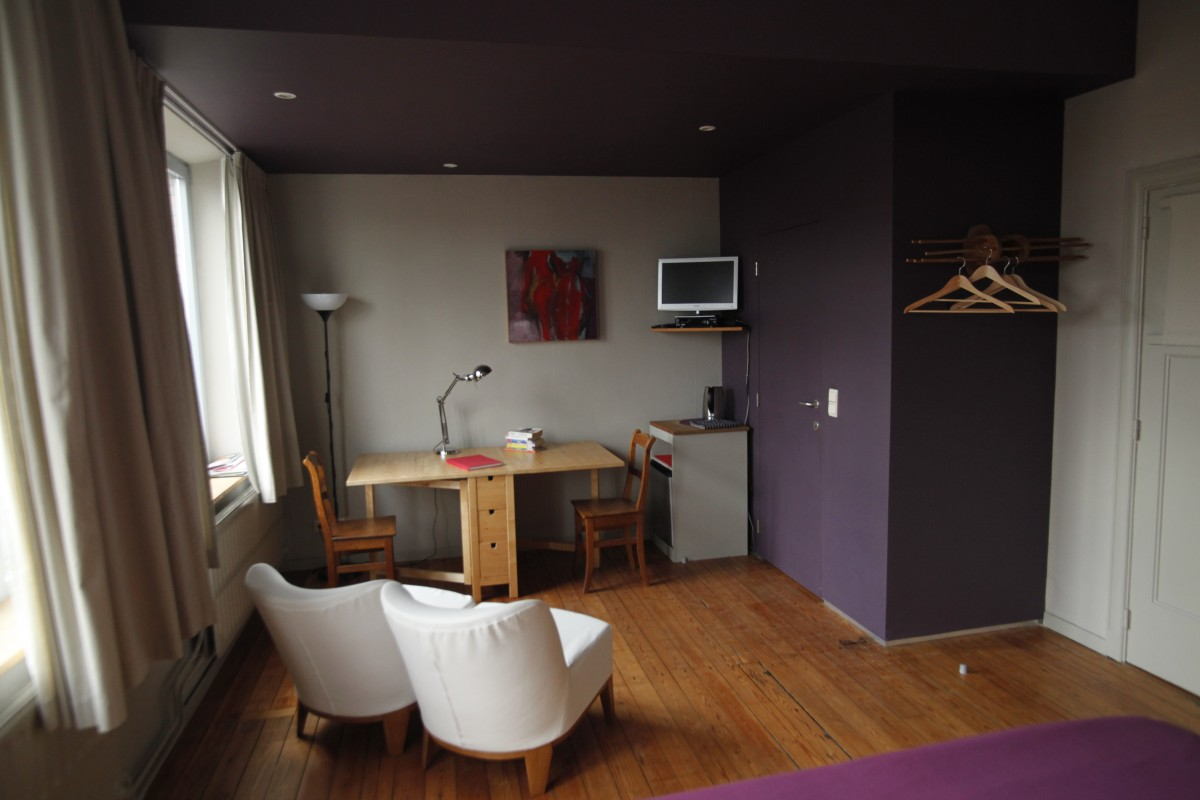 W'Allons Nous Dormir - Liège - Chambre - Table - Fauteuils - TV