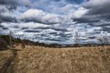 Balade Bois les Dames - Chaudfontaine - Vaste plaine et ciel nuageux