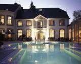 Chateau-des-Thermes - Chaudfontaine - Vue extérieure générale avec piscine éclairée
