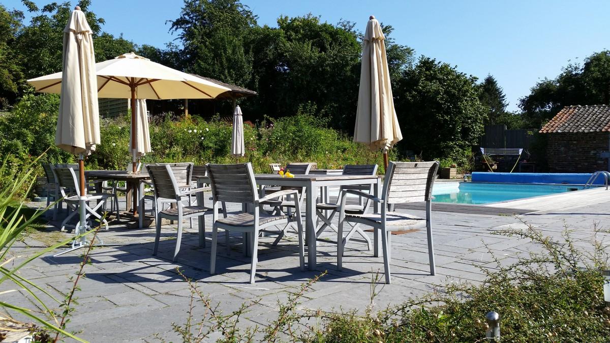 Ferme des Capucines - Braives - Vue de la piscine et table de jardin