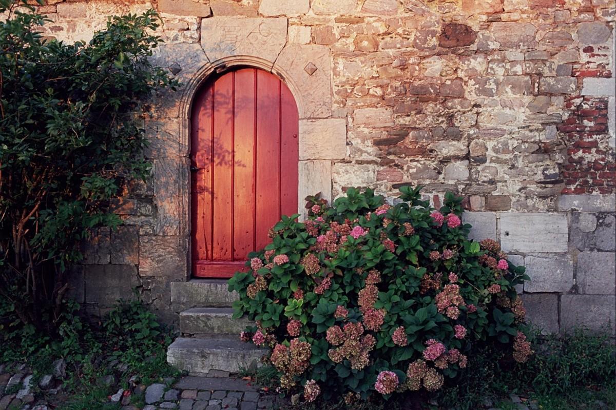 Visite guidée historique et insolite de Limbourg: les portes, les linteaux et les portes cochères